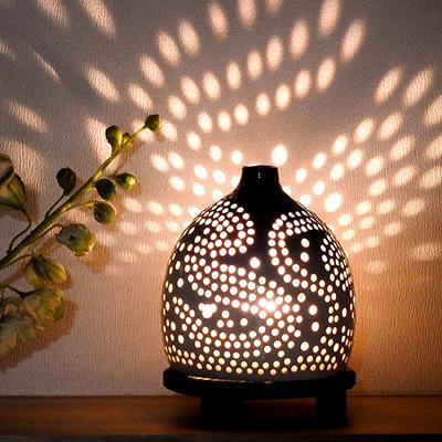 乾電池式LED照明器 螢の華光kiwami 陶器シェード 陶あかり (木製台座付き)の特産品画像